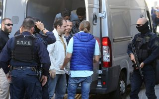Αστυνομικοί συνοδεύουν, τον Νοέμβριο, στον εισαγγελέα Εφετών τους αξιωματικούς του τουρκικού στρατού που έχουν ζητήσει πολιτικό άσυλο στη χώρα μας.