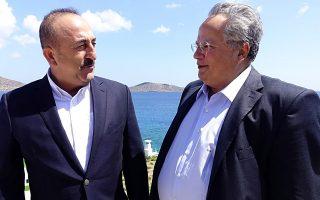 Οι υπουργοί Εξωτερικών Ελλάδας και Τουρκίας Νίκος Κοτζιάς και Μεβλούτ Τσαβούσογλου, σε παλαιότερη συνάντησή τους, τον περασμένο Αύγουστο, στην Κρήτη.