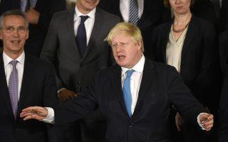 Ο Μπόρις Τζόνσον προβαίνει σε μία από τις χαρακτηριστικές χειρονομίες του, στη σύνοδο ΥΠΕΞ του ΝΑΤΟ, στις Βρυξέλλες την Τρίτη.