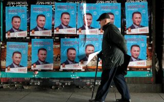 Ηλικιωμένος περνάει μπροστά από προεκλογικές αφίσες του Γκρούεφσκι στα Σκόπια.