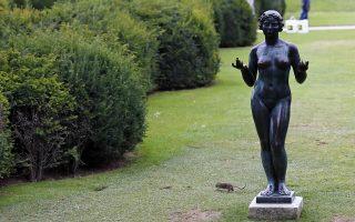 Αρουραίος περνάει δίπλα από γλυπτό του Αριστίντ Μαγιόλ στον Κήπο του Κεραμεικού.