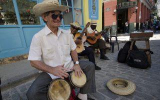 Πένθος τέλος! Εννιά ημέρες μετά τον χαμό του ηγέτη της Κούβας Fidel Castro και ενώ η κυβέρνηση είχε απαγορεύσει την πώληση αλκοόλ, την μουσική σε δημόσιους χώρους και είχε κλείσει όλους τους τουριστικούς προορισμούς, η Havana επιστρέφει στους ρυθμούς της. Τα μπαρ άνοιξαν για το κοινό και η μουσική πλημμύρισε πάλι τους δρόμους, με τους τουρίστες να βρίσκονται πια παντού στο νησί και να απολαμβάνουν την μοναδικότητά του.   EPA/Rolando Pujol