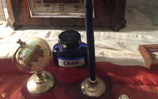 Στο παλιό ρολόγι, κουρδιστό, που αναγγέλλει την ώρα με ήχο Big Ben βρήκαν συντροφιά ο κονδυλοφόρος, το πενάκι, η υδρόγειος της κλιματικής αλλαγής (φωτογραφία Eλένη Mπίστικα).