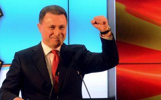 Ο Νίκολα Γκρούεφσκι ανακηρύσσει εαυτόν νικητή των εκλογών ενώπιον οπαδών του, στα Σκόπια.