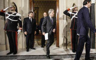 Με τη σύνθεση του νέου υπουργικού συμβουλίου ανά χείρας, ο νέος Ιταλός πρωθυπουργός Πάολο Τζεντιλόνι φθάνει στο προεδρικό μέγαρο. Μετά τη χθεσινοβραδινή ορκωμοσία της νέας κυβέρνησης, αναμένεται σήμερα και αύριο η χορήγηση ψήφου εμπιστοσύνης από τη Βουλή και τη Γερουσία. Η κοινοβουλευτική πλειοψηφία φαίνεται ότι διατηρείται, παρά την αποχώρηση σχήματος συνεργαζομένου με το Δημοκρατικό Κόμμα, ενώ στο νέο υπουργικό σχήμα παραμένει ο υπουργός Οικονομικών Πιερ Κάρλο Παντοάν, προκειμένου να συνεχίσει τη διαχείριση του καυτού θέματος των τραπεζών.
