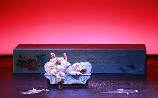 Η Ειρήνη Καράγιαννη και ο Χάρης Ανδριανός στο «Πικ Νικ» του Θεόφραστου Σακελλαρίδη, που είχε παρουσιάσει η Καμεράτα στο Μέγαρο Μουσικής το 2014, σε σκηνοθεσία Στάθη Λιβαθινού.