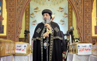 Ο Πάπας της Κοπτικής Εκκλησίας, Θεόδωρος Β΄, κατά τη διάρκεια της νεκρώσιμης ακολουθίας στη μνήμη των θυμάτων της επίθεσης της Κυριακής.