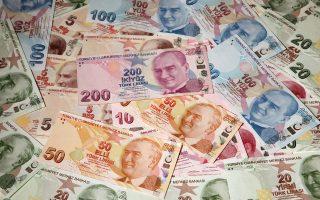 Η τουρκική λίρα, που έχει υποχωρήσει κατά περίπου 17% στη διάρκεια του 2016, σημείωσε νέα πτώση κατά 1,5%. Ετσι, αργά χθες το βράδυ, η ισοτιμία της τουρκικής λίρας προς το δολάριο ήταν 3,5314 λίρες προς 1 δολάριο.