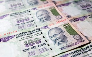 Με αυτή την κίνηση, ο Ινδός πρωθυπουργός Ναρέντρα Μόντι επιχειρεί να περιορίσει τη φοροδιαφυγή. Σημειώνεται ότι οι συναλλαγές σε χαρτονομίσματα αποτελούσαν μέχρι πρότινος το 86% του συνόλου.
