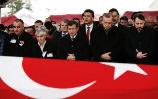Ο Τούρκος πρόεδρος Ταγίπ Ερντογάν στην κηδεία ενός από τα θύματα των επιθέσεων του περασμένου Σαββάτου στην Κωνσταντινούπολη.