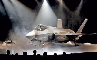 Το F-35 της Lockheed στην τελετή της παρουσίασής του, το 2006. Ο Ντ. Τραμπ έθεσε σε αμφισβήτηση το εξοπλιστικό πρόγραμμα του Πενταγώνου, θεωρώντας αδικαιολόγητα υψηλό το κόστος των μαχητικών αεροσκαφών.