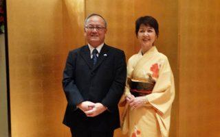 Γλυκά χαμόγελα στην υποδοχή, ο πρέσβης Nishibayashi και η σύζυγός του Kikuko με παραδοσιακό κιμονό.