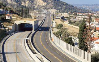 Στα 11,50 ευρώ, από 6,40 σήμερα, θα διαμορφωθεί από τον Απρίλιο το κόστος των διοδίων της διαδρομής Αθήνα - Πάτρα για τα Ι.Χ. αυτοκίνητα. Συγκεκριμένα, στο υπό κατασκευή σήμερα τμήμα της εθνικής οδού Κορίνθου - Πάτρας, οι οδηγοί θα καταβάλλουν 6,40 ευρώ στους τρεις μετωπικούς σταθμούς διοδίων. Το έργο, το κόστος του οποίου έχει αγγίξει πλέον τα 2 δισ. ευρώ, βρίσκεται σήμερα στο 85%, με τους κατασκευαστές να διαβεβαιώνουν ότι θα παραδοθεί τον Μάρτιο.
