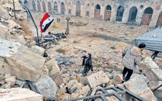 Σημαία της Συρίας στα ερείπια του Χαλεπίου. Επειτα από τέσσερα χρόνια, οι συριακές δυνάμεις ανέκτησαν χθες τον πλήρη έλεγχο της πόλης, εκδιώκοντας τους αντάρτες από το κυριότερο προπύργιό τους. Ο τερματισμός των εχθροπραξιών επήλθε κατόπιν συμφωνίας Ρωσίας - Τουρκίας που επιτρέπει στους αντάρτες και σε κάποιους αμάχους να αποχωρήσουν από το ανατολικό Χαλέπι. Χθες το βράδυ και ενώ οι βομβαρδισμοί είχαν σταματήσει, δημοσιογράφος του Reuters είδε λεωφορεία με αντάρτες να αναχωρούν από την πόλη. Νωρίτερα, ο ΟΗΕ είχε λάβει αναφορές συνοπτικών εκτελέσεων δεκάδων ανθρώπων στους δρόμους του Χαλεπίου από τις κυβερνητικές δυνάμεις.