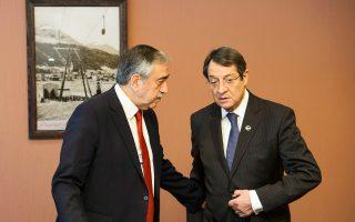 Ο Τουρκοκύπριος ηγέτης Μουσταφά Ακιντζί με τον Κύπριο πρόεδρο Ν. Αναστασιάδη σε παλαιότερη συνάντησή τους, τον Ιανουάριο του 2016.