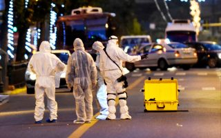 Οι δράστες είχαν τοποθετήσει τη βόμβα σε σακίδιο, το οποίο είχαν δέσει πάνω στο κάγκελο του πεζοδρομίου με λουκέτο.