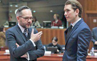 Ο Γερμανός υπουργός Ευρωπαϊκών Υποθέσεων Μίχαελ Ροτ και ο Αυστριακός υπουργός Εξωτερικών Σεμπάστιαν Κουρτς κατά τη χθεσινή σύνοδο στις Βρυξέλλες.