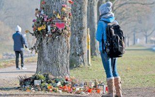 Το σημείο στο Φράιμπουργκ όπου βιάστηκε και δολοφονήθηκε η 19χρονη φοιτήτρια Ιατρικής Μαρία Λάντερμπουργκερ, κόρη υψηλόβαθμου αξιωματούχου της Ευρωπαϊκής Επιτροπής. Κάτω, η γερμανική αστυνομία ανακοινώνει το έγκλημα που συγκλόνισε τη χώρα και πυροδότησε σειρά δημοσιευμάτων.