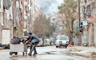 Μαύρος καπνός ανεβαίνει από τον τελευταίο θύλακο των ανταρτών στο ανατολικό Χαλέπι, όπου οι βομβαρδισμοί ξανάρχισαν χθες, ύστερα από ολιγόωρη κατάπαυση του πυρός.