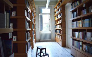 Βιβλιοθήκη, αναγνωστήριο και χώρος ιδεών, η νέα αθηναϊκή έδρα των Πανεπιστημιακών Εκδόσεων Κρήτης.