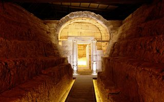Eνας αρχαίος δρόμος μήκους 15 μέτρων οδηγεί στον διθάλαμο μακεδονικό τάφο «Μακρίδη Μπέη» με την εντυπωσιακή ιωνική πρόσοψη. Το ταφικό μνημείο της Θεσσαλονίκης (τέλος 4ου - αρχές 3ου αι. π.Χ.) ταυτισμένο πλέον με την αρχαία Λητή, μία από τις σπουδαιότερες πόλεις του μακεδονικού βασιλείου, είχε αφεθεί στην τύχη του και στη φθορά του χρόνου. Μετά τις εργασίες αποκατάστασης που διήρκεσαν τέσσερα χρόνια, είναι πλέον επισκέψιμο.