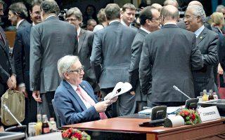 O πρόεδρος της Κομισιόν Ζαν-Κλοντ Γιούνκερ διαβάζει εφημερίδα λίγο πριν από την έναρξη της συνόδου.
