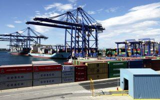 Κατά τη διάρκεια του τρέχοντος έτους, ο Πειραιάς υπερσκέλισε το λιμάνι του Σουέζ στην Αίγυπτο, που μέχρι και το 2015 αποτελούσε τη μεγαλύτερη, με βάση τουλάχιστον τον όγκο των εμπορευματοκιβωτίων που διαχειριζόταν, εγκατάσταση της Cosco εκτός Κίνας.
