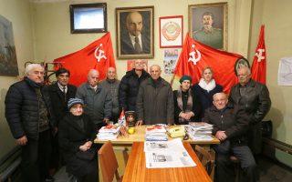 Μέλη του Κομμουνιστικού Κόμματος Γεωργίας ποζάρουν στα γραφεία τους στην Τιφλίδα, όπου συνεχίζουν να δεσπόζουν σοβιετικές σημαίες, πορτρέτα του Βλαντιμίρ Ιλιτς Λένιν, αλλά και του ομοεθνούς τους, Ιωσήφ Βισαριόνοβιτς Στάλιν. Ο 77χρονος επικεφαλής του Κ.Κ., Γιούλι Σικμασβίλι (κέντρο), λέει, γεμάτος παράπονο, ότι η σύγχρονη νεολαία της Γεωργίας αρνείται πεισματικά να ενταχθεί στις τάξεις του κόμματος, καταδικάζοντας τον ιστορικό αυτό πολιτικό χώρο σε αργό θάνατο.