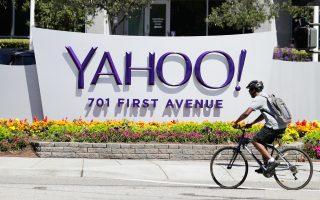 Ενας ποδηλάτης περνά μπροστά από το αρχηγείο της Yahoo στο Σανιβέιλ της βόρειας Καλιφόρνιας, έξω από το Σαν Φρανσίσκο. Η εταιρεία διαθέτει περισσότερους από ένα δισεκατομμύριο ενεργούς χρήστες τον μήνα.