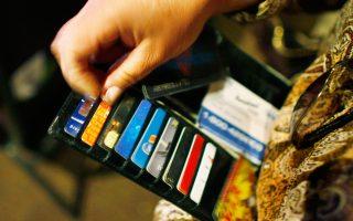 Η επιβολή περιορισμών στην ανάληψη μετρητών τον Ιούλιο του 2015 συνοδεύθηκε από ραγδαία αύξηση στη χρήση πιστωτικών και χρεωστικών καρτών, αναφέρει η έκθεση της ΤτΕ.