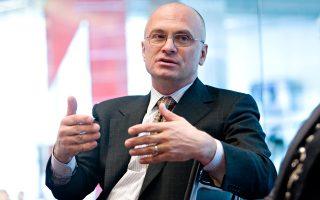 Ο Αντριου Πούζντερ, διευθύνων σύμβουλος στην αλυσίδα εστιατορίων CKE Restaurants, είναι κατά της αύξησης του ωρομισθίου των υπερωριών στα 47,476 δολάρια, ποσό σχεδόν διπλάσιο από το αντίστοιχο του 2004.