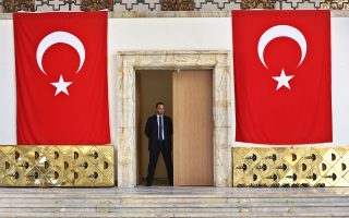 Τούρκος φύλακας του Kοινοβουλίου περιφρουρεί το κτίριο της Εθνοσυνέλευσης λίγες ημέρες μετά το πραξικόπημα.