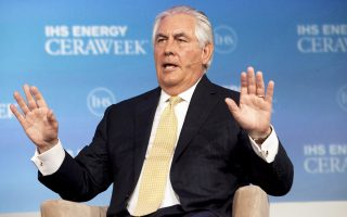Τη θέση του υπουργού Εξωτερικών θα αναλάβει ο Ρεξ Τίλερσον (φωτ.), διευθύνων σύμβουλος της Exxon Mobil. Ο πρώην κυβερνήτης του Τέξας Ρικ Πέρι πρόκειται να αναλάβει το υπουργείο Ενέργειας και ο Σκοτ Προύιτ, υπέρμαχος της βιομηχανίας σχιστολιθικού πετρελαίου στην Οκλαχόμα, θα αναλάβει την Υπηρεσία Προστασίας Περιβάλλοντος.