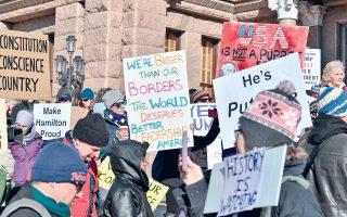Ακτιβιστές διαδηλώνουν κατά της εκλογής του Ντόναλντ Τραμπ, ενόψει της ψηφοφορίας των εκλεκτόρων.