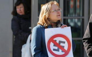 Ρωσίδα ακτιβίστρια κατά του φασισμού κρατάει πόστερ στη διάρκεια διαμαρτυρίας κοντά σε συνέδριο ακροδεξιών οργανώσεων στην Αγία Πετρούπολη πέρυσι.