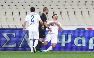 Η απαράδεκτη ενέργεια του Χρήστου Αραβίδη (χτύπησε με το κεφάλι τον Μπέριο στο στήθος) ανάγκασε την ΑΕΚ να αγωνιστεί από το 10΄ με δέκα παίκτες.