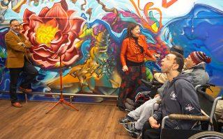 Στιγμές χαράς έζησαν ασθενείς του Ασύλου Ανιάτων στην Κυψέλη, το περασμένο Σάββατο, όταν ερμηνευτές της Εθνικής Λυρικής Σκηνής (στη φωτογραφία, ο τενόρος Γιάννης Χριστόπουλος και η μεσόφωνος Λυδία Αγγελοπούλου) έδωσαν μία συναυλία με δημοφιλείς άριες και κομμάτια από την οπερέτα, καντσονέτες και παλιά ελληνικά τραγούδια. Ηταν μέρος ενός εορταστικού διημέρου που περιελάμβανε μπαζάρ, εκθέσεις, μουσική και λόγο, σε μία συντονισμένη προσπάθεια εξωστρέφειας του Ασύλου Ανιάτων προς την ευρύτερη κοινωνία. Η συναυλία κλιμακίου της Εθνικής Λυρικής Σκηνής σκόρπισε συγκίνηση, καθώς η ανταπόκριση των ασθενών υπήρξε ενθουσιώδης.