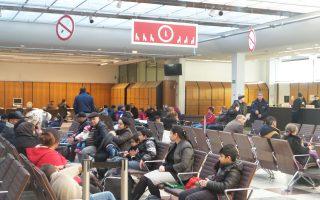 Αναμονή στο γραφείο για προσφυγικές υποθέσεις, το οποίο στεγάζεται σε παλιά τράπεζα στο Βερολίνο. Το τελευταίο δεκάμηνο υποβλήθηκαν 693.758 αιτήσεις ασύλου στη Γερμανία.
