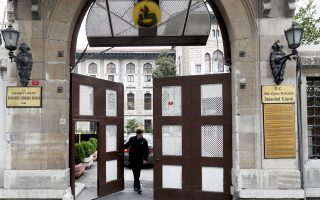 Η σχολή χρηματοδοτείται από το γερμανικό δημόσιο, αλλά υπόκειται στο τουρκικό κράτος.