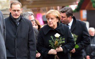 Η Γερμανίδα καγκελάριος Μέρκελ επισκέφθηκε τον τόπο της τραγωδίας, ενώ την ίδια στιγμή, στις χώρες που βρίσκονται στο στόχαστρο τζιχαντιστών αυξήθηκαν τα μέτρα ασφαλείας.