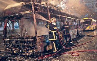 Το μέγεθος της προχθεσινής ζημιάς ξεπερνά το ένα εκατομμύριο ευρώ. Η αξία του ενός τρόλεϊ που κάηκε ανέρχεται στις 450.000 ευρώ, ενώ η ζημιά από την καταστροφή του δεύτερου οχήματος, του αρθρωτού τρόλεϊ, υπολογίζεται στις 620.000 ευρώ. Οι ζημιές στο τρίτο όχημα δεν έχουν εκτιμηθεί ακόμη.