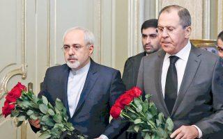 Οι υπουργοί Εξωτερικών της Ρωσίας Σεργκέι Λαβρόφ (δεξιά) και του Ιράν Τζαβάντ Ζαρίφ αποθέτουν λουλούδια στη μνήμη του δολοφονηθέντος Ρώσου πρεσβευτή Αντρέι Καρλόφ, προτού συσκεφθούν με τον Τούρκο ομόλογό τους Μεβλούτ Τσαβούσογλου, στη Μόσχα.