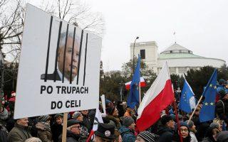 Διαδηλωτές έξω από το Κοινοβούλιο, στη Βαρσοβία.