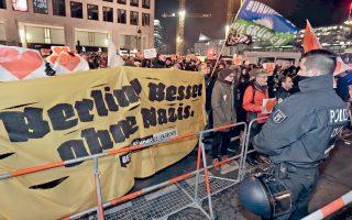 Συνθήματα κατά του ναζισμού και υπέρ της αλληλεγγύης φωνάζουν οι εικονιζόμενοι διαδηλωτές στην πλατεία του Βερολίνου όπου σημειώθηκε η τρομοκρατική επίθεση της Δευτέρας, με 12 νεκρούς και πιθανό δράστη τον 24χρονο Τυνήσιο Ανίς Αμρι, ο οποίος επικηρύχθηκε και καταζητείται. Την ίδια στιγμή, στην άλλη πλευρά της πλατείας Μπραϊτσάιτπλατς, αντιδιαδήλωση πραγματοποιούσαν μέλη αντιμεταναστευτικών οργανώσεων που πρόσκεινται στο ακροδεξιό κόμμα Εναλλακτική για τη Γερμανία.
