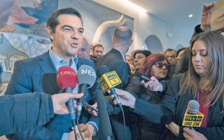 Πρωθυπουργός στα πρόθυρα νευρικής κρίσης. Το ενδιαφέρον είναι στα χέρια του. Παρατηρήστε πώς τα έχει σφιγμένα μεταξύ τους. Με ενημερώνουν οι παρατηρητές (εντάξει, ας το πω: ο επικεφαλής του TsiprasWatch – μιας ΜΚΟ με έδρα τις Βρυξέλλες...) ότι έτσι έχει πάντα τα χέρια του όταν βρίσκεται εκεί. Συχνά μάλιστα τα νύχια είναι γυρισμένα προς τα μέσα. Τέτοια είναι η ένταση – φαίνεται άλλωστε και στον μορφασμό, που τον μεταμορφώνει στιγμιαία σε gargoyle γοτθικού καθεδρικού.