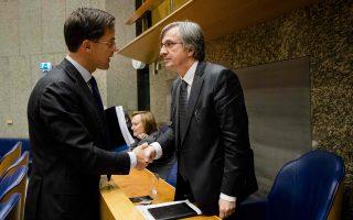 Ο Ολλανδός πρωθυπουργός Μαρκ Ρούτε (αριστερά) καλωσορίζει στο Κοινοβούλιο τον Γερμανό πρεσβευτή Ντιρκ Μπρένγκελμαν.