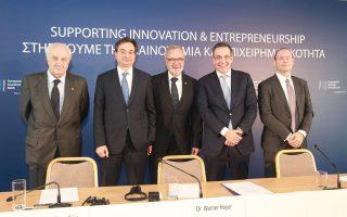 Μέσω των τεσσάρων συστημικών τραπεζών θα διατεθούν πιστώσεις της ΕΤΕπ προς μικρομεσαίες επιχειρήσεις. Στη φωτογραφία από την υπογραφή της συμφωνίας διακρίνονται (από αριστερά) οι κ. Δημ. Μαντζούνης, διευθύνων σύμβουλος της Alpha Bank, Φ. Καραβίας, διευθύνων σύμβουλος της Eurobank, Βέρνερ Χόγερ, πρόεδρος της ΕΤΕπ, Λ. Φραγκιαδάκης, διευθύνων σύμβουλος της Εθνικής Τράπεζας, και Γ. Πουλόπουλος, αναπληρωτής διευθύνων σύμβουλος της Τράπεζας Πειραιώς.