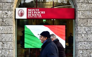 Η Ρώμη επιθυμεί να κερδίσει την υποστήριξη των Βρυξελλών, ώστε να περιορίσει το πλήγμα που θα υποστούν χιλιάδες μικροεπενδυτές της Monte dei Paschi και πιθανώς άλλων τραπεζών που αντιμετωπίζουν προβλήματα με την ανακεφαλαιοποίησή τους.