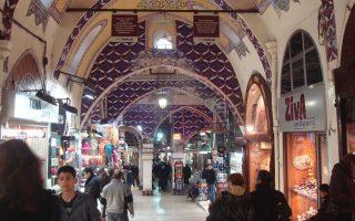 Ο τουρισμός, που αντιπροσωπεύει το 13% του τουρκικού ΑΕΠ, έχει δεχθεί καίρια πλήγματα εξαιτίας των τρομοκρατικών επιθέσεων, αλλά και του επιδεινούμενου κλίματος βαθιάς πολιτικής κρίσης στη χώρα.