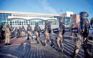 Με ισχυρή αστυνομική παρουσία άρχισε χθες η πρώτη σημαντική δίκη σχετικά με το αποτυχημένο πραξικόπημα της 15ης Ιουλίου, στην Τουρκία. Στα εδώλια των κατηγορουμένων βρέθηκαν 29 στελέχη της αστυνομίας, εκ των οποίων 21 αντιμετωπίζουν ισόβια κάθειρξη και οι υπόλοιποι οκτώ, ποινή φυλάκισης 15 ετών. Η δίκη διεξάγεται στη δικαστική αίθουσα των φυλακών Σιλιβρί, στα περίχωρα της Κωνσταντινούπολης, όπου το 2013 είχαν δικαστεί 275 στρατιωτικοί, δημοσιογράφοι, δικηγόροι και πανεπιστημιακοί για μια άλλη θρυλούμενη συνωμοσία εναντίον του Ρετζέπ Ταγίπ Ερντογάν, τη διαβόητη «υπόθεση Εργκένεκον». Η δίκη των πρωταιτίων του αποτυχόντος πραξικοπήματος του περασμένου καλοκαιριού αναμένεται να διεξαχθεί εντός του 2017, πιθανότατα στην Αγκυρα.